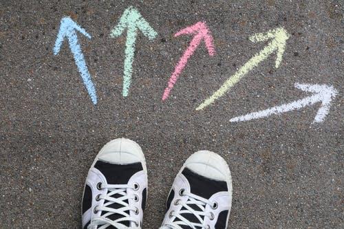 La educación inclusiva es un asunto relevante y ampliamente debatido en el panorama escolar dentro y fuera de nuestras fronteras.  Muchos son las investigaciones que señalan la necesidad de centrarse en el  plano de la implantación más que el de la investigación No obstante, comenzar a avivar y sostener procesos de inclusión en muchos contextos educativos resulta muy complejo.  Hoy en día disponemos de muchas guías que comparten la idea de que la mejora escolar debe partir de un proceso colectivo de reflexión del que puedan surgir propuestas concretas de mejora y cambio que hayan sido acordadas por todos los implicados